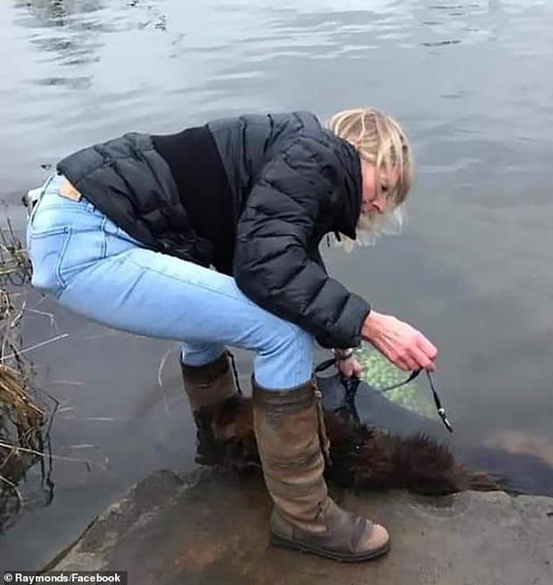 Thấy vật lạ nhấp nhô dưới mặt sông lạnh ngắt, người phụ nữ lại gần kiểm tra và chết lặng trước cảnh tượng tàn nhẫn, vội lao mình xuống nước giải cứu - Ảnh 1.