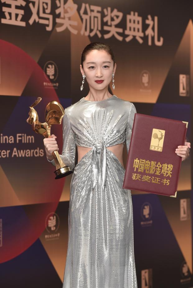 Làm Tam Kim Ảnh hậu nhưng Châu Đông Vũ lại ở bét bảng phong cách, bộ đồ mới đây là minh chứng rõ nhất - Ảnh 2.