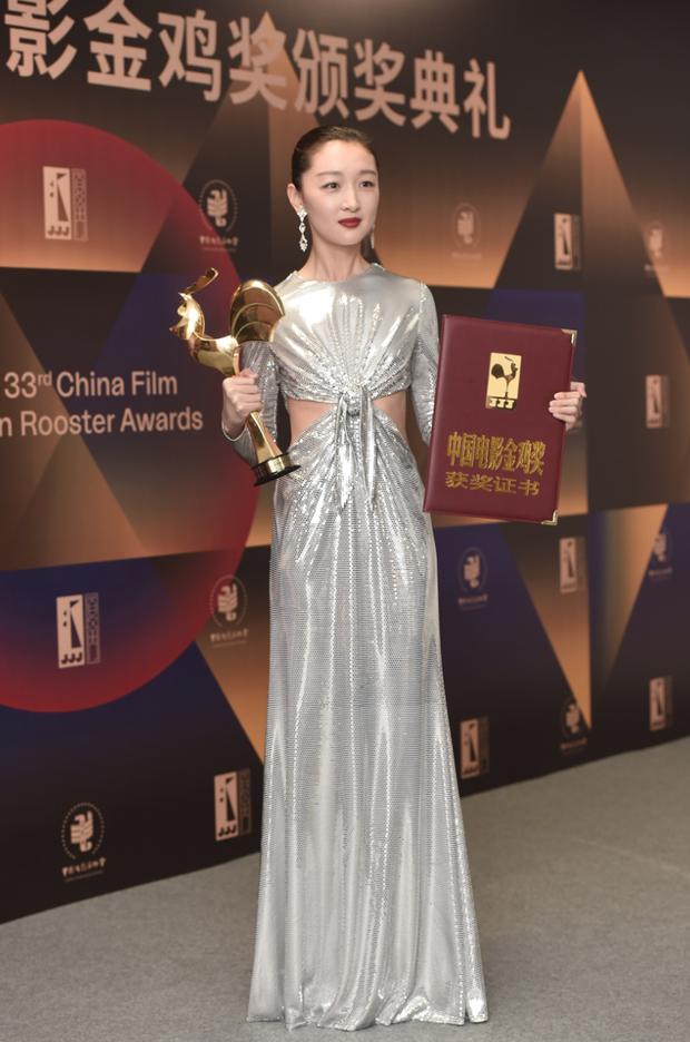 Làm Tam Kim Ảnh hậu nhưng Châu Đông Vũ lại ở bét bảng phong cách, bộ đồ mới đây là minh chứng rõ nhất - Ảnh 3.