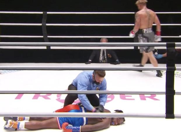 Youtuber 20 triệu subs tung một cú đấm khiến cựu sao bóng rổ ngất lịm ngay trên sàn đấu - Ảnh 3.