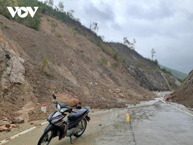 Nhiều tuyến đường ở Khánh Hòa, Phú Yên sạt lở, giao thông ách tắc - Ảnh 3.