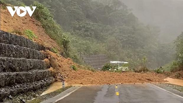 Nhiều tuyến đường ở Khánh Hòa, Phú Yên sạt lở, giao thông ách tắc - Ảnh 1.