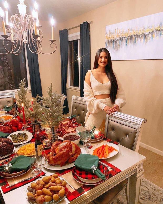Choáng với bàn tiệc mừng lễ Tạ Ơn của Phạm Hương trong biệt thự ở Mỹ: Nhìn đồ ăn và bày trí thịnh soạn chẳng khác gì nhà hàng! - Ảnh 2.