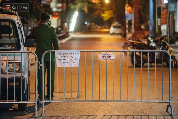 Ảnh: Cận cảnh khu vực phong tỏa nơi phát hiện và di dời thành công quả bom 340kg ở Hà Nội, người dân đã sơ tán trong đêm - Ảnh 4.