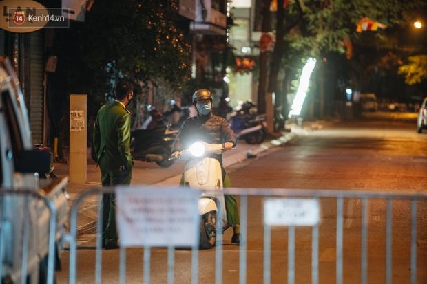 Ảnh: Cận cảnh khu vực phong tỏa nơi phát hiện và di dời thành công quả bom 340kg ở Hà Nội, người dân đã sơ tán trong đêm - Ảnh 10.
