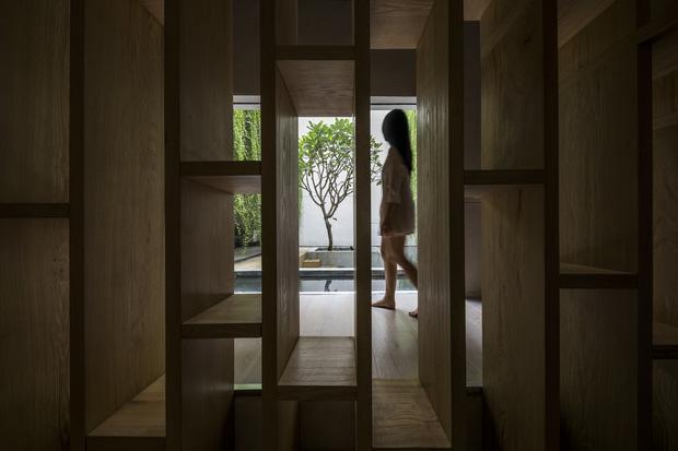 Mất 4 năm hoàn thiện, căn villa ở Sài Gòn xanh mướt như một khu rừng nhỏ, đi vào bên trong càng mê - Ảnh 9.