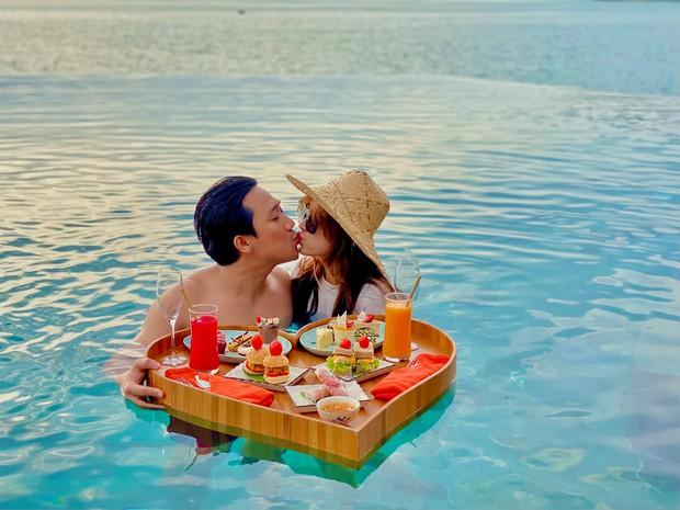 Đệ nhất mỹ nhân kín đáo Vbiz hẳn là Hari Won: Diện bikini đi biển vẫn phải trang bị cả lố áo dài, mũ mão để che chắn - Ảnh 3.