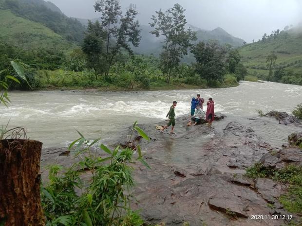 Mưa lớn, nước suối dâng chia cắt đường về, 36 du khách tại TP.HCM mắc kẹt trên núi Tà Giang - Ảnh 1.