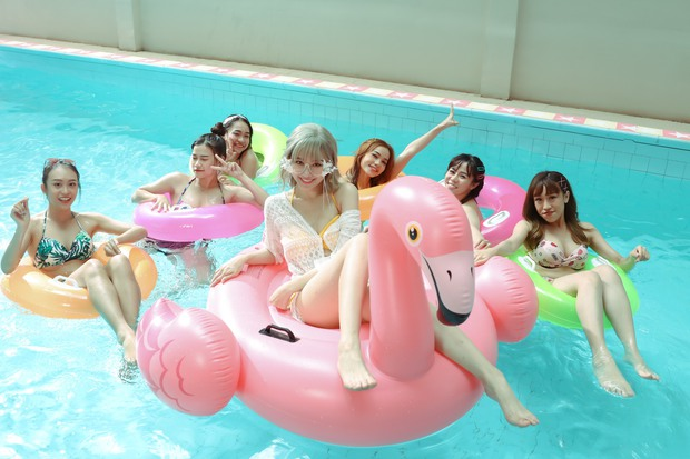 Đệ nhất mỹ nhân kín đáo Vbiz hẳn là Hari Won: Diện bikini đi biển vẫn phải trang bị cả lố áo dài, mũ mão để che chắn - Ảnh 8.
