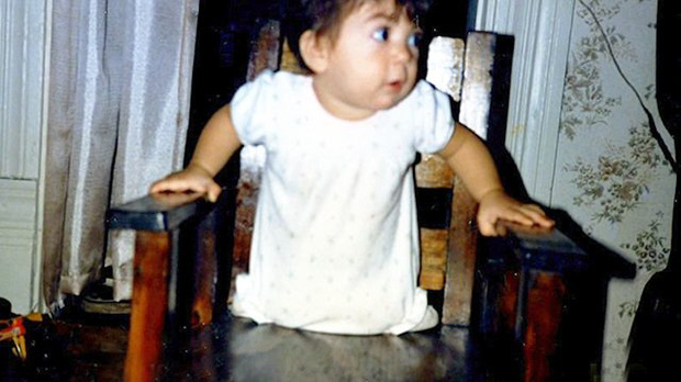 Sinh ra khiếm khuyết 2 chân, bé gái bị bỏ rơi để rồi nhiều năm sau khiến thế giới kinh ngạc, nhất là mối lương duyên với thần tượng của em - Ảnh 1.