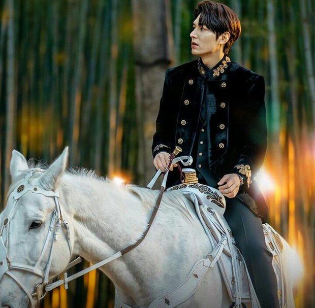 Chồng giàu của Huyền Baby lại chiếm spotlight trên MXH, thần thái cưỡi ngựa khiến vợ liên tưởng đến cả Lee Min Ho - Ảnh 2.