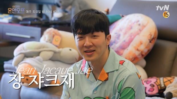 Nam idol Hàn Quốc tiết lộ mỗi năm dành gần… 110 triệu đồng cho Starbucks, netizen khắp nơi nổ ra tranh luận: Chi nhiều vậy liệu có đáng không? - Ảnh 1.