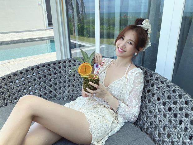 Đệ nhất mỹ nhân kín đáo Vbiz hẳn là Hari Won: Diện bikini đi biển vẫn phải trang bị cả lố áo dài, mũ mão để che chắn - Ảnh 4.