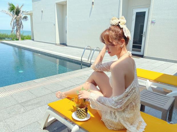 Đệ nhất mỹ nhân kín đáo Vbiz hẳn là Hari Won: Diện bikini đi biển vẫn phải trang bị cả lố áo dài, mũ mão để che chắn - Ảnh 5.
