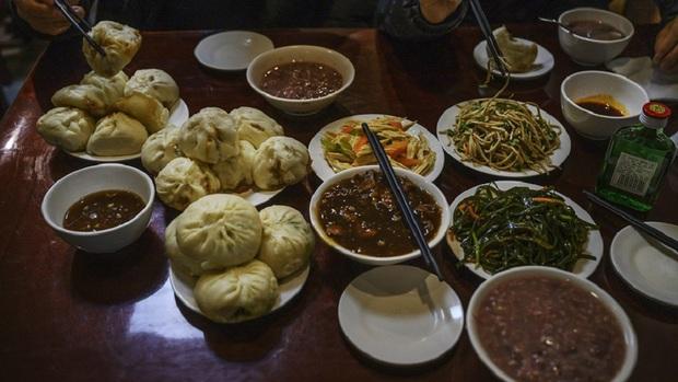 Một nhà hàng ở Trung Quốc bỗng nổi như cồn, khách ùn ùn kéo đến nhờ ông Joe Biden ghé thăm vào 9 năm trước - Ảnh 2.