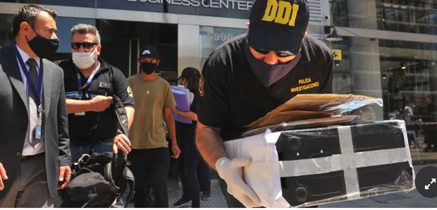 Biến cực căng: Bác sĩ chịu cáo buộc làm Maradona chết oan, văn phòng và nhà riêng bị cảnh sát ập vào khám xét, tịch thu nhiều tài liệu quan trọng - Ảnh 1.