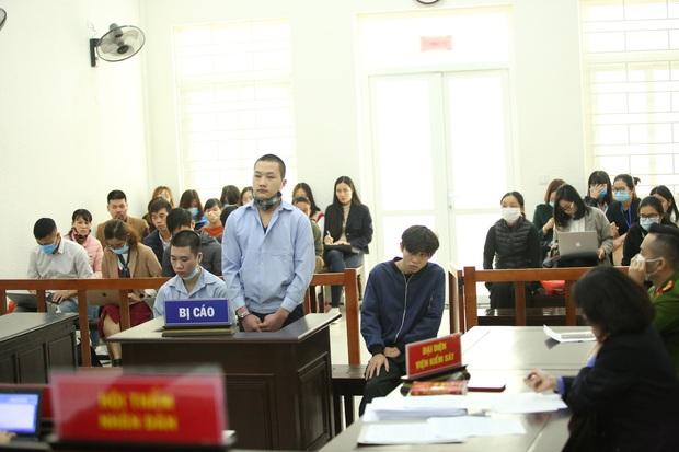 Tổng mức án 40 năm tù cho 2 bị cáo đâm tài xế Grab cướp tài sản và nỗi đau tột cùng của người mẹ trước tòa - Ảnh 1.