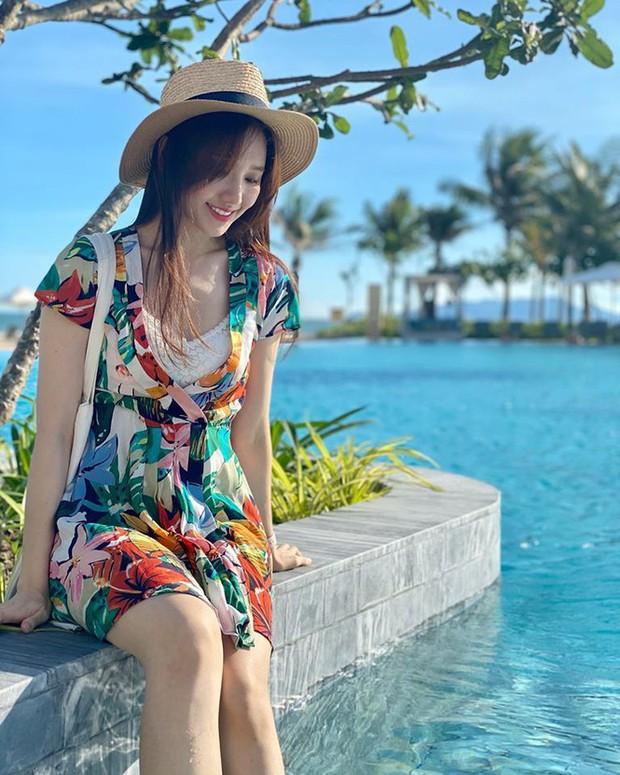 Đệ nhất mỹ nhân kín đáo Vbiz hẳn là Hari Won: Diện bikini đi biển vẫn phải trang bị cả lố áo dài, mũ mão để che chắn - Ảnh 6.