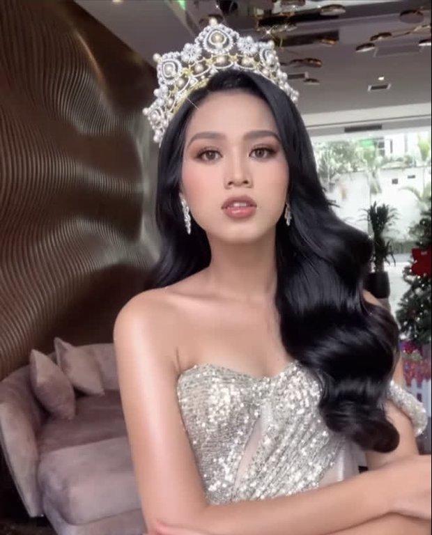 Tân Hoa hậu Đỗ Thị Hà hào hứng khoe style makeup mới lạ, dân tình lại phản ứng trái chiều kẻ chê người khen - Ảnh 1.