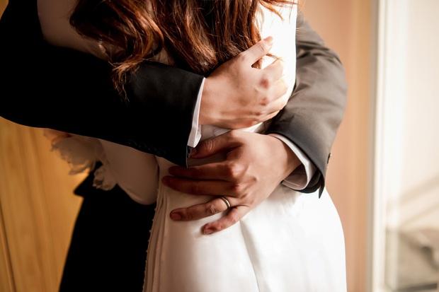 Lễ rước dâu Á hậu Tường San: Cô dâu đeo nhẫn kim cương khủng, kiên quyết không hé lộ dung mạo chú rể! - Ảnh 3.