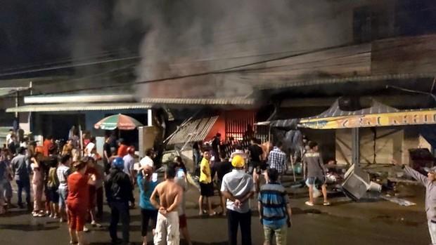Sau tiếng nổ lớn, cửa hàng điện tử cháy dữ dội - Ảnh 1.
