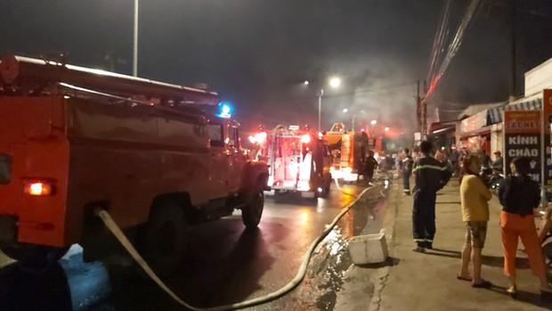 Sau tiếng nổ lớn, cửa hàng điện tử cháy dữ dội - Ảnh 2.