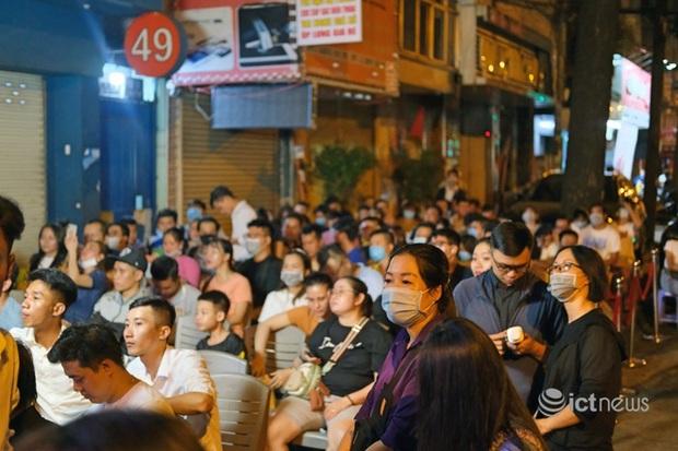 Khách Việt bức xúc vì iPhone 12 không đủ hàng - Ảnh 1.