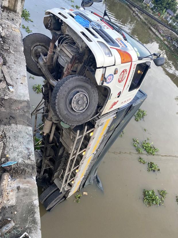 Sập cầu, xe tải chở 15 tấn lúa treo lơ lửng trên sông - Ảnh 2.