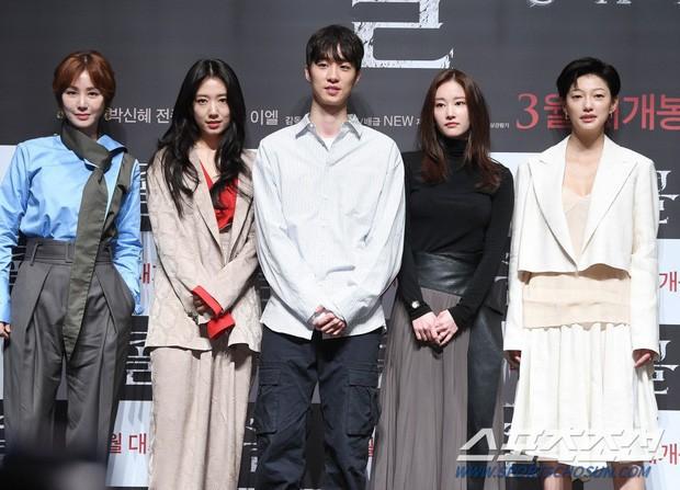 Có một mỹ nam dính Park Shin Hye như sam ở họp báo The Call: Gây sốt vì visual nổi bần bật nhưng thân thế thật mới đáng sốc - Ảnh 1.