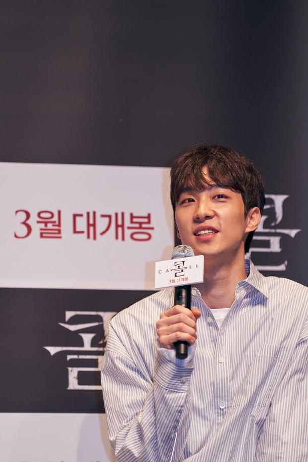 Có một mỹ nam dính Park Shin Hye như sam ở họp báo The Call: Gây sốt vì visual nổi bần bật nhưng thân thế thật mới đáng sốc - Ảnh 5.