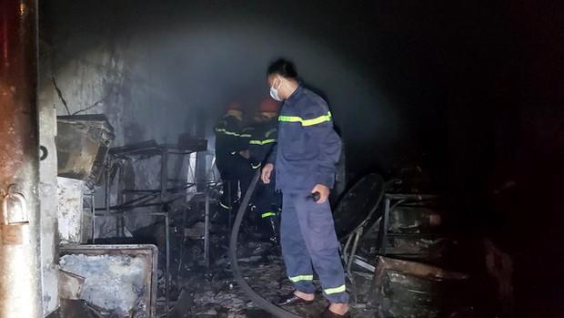Sau tiếng nổ lớn, cửa hàng điện tử cháy dữ dội - Ảnh 3.