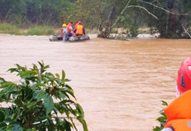 Tìm thấy túi xách và điện thoại của 2 du khách bị lũ cuốn mất tích ở Lâm Đồng - Ảnh 4.