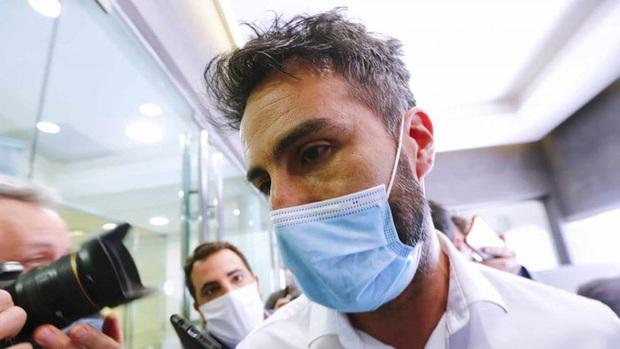 Biến cực căng: Bác sĩ chịu cáo buộc làm Maradona chết oan, văn phòng và nhà riêng bị cảnh sát ập vào khám xét, tịch thu nhiều tài liệu quan trọng - Ảnh 4.