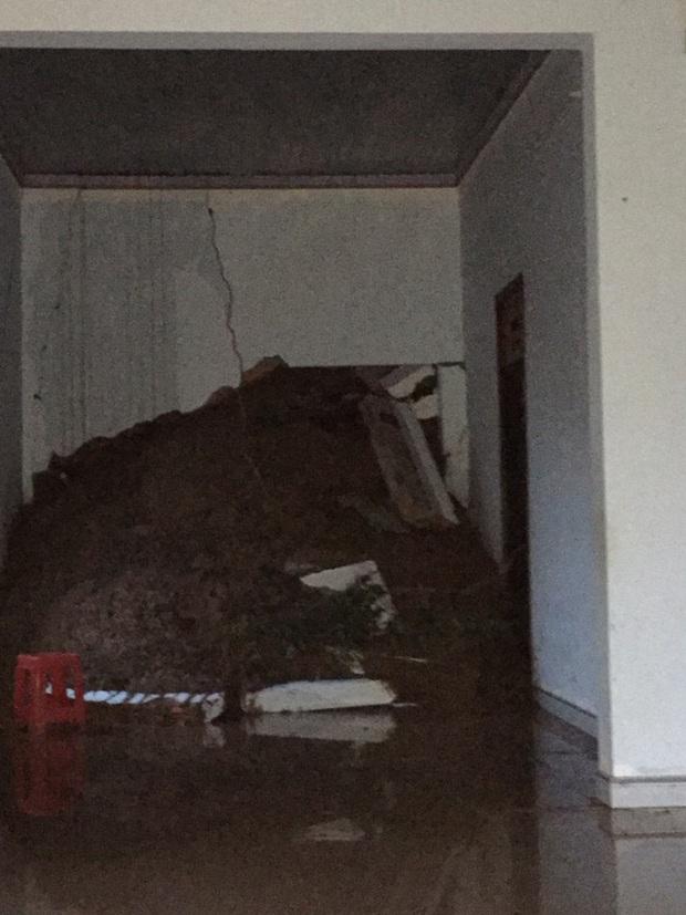 Đắk Lắk: Sạt lở núi vùi lấp, làm sập nhiều căn nhà - Ảnh 5.