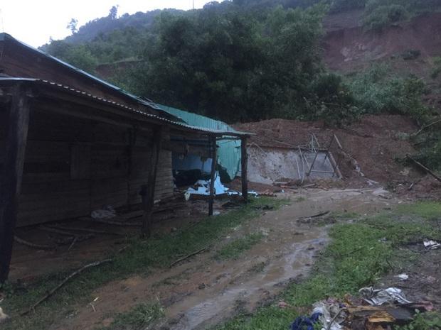 Đắk Lắk: Sạt lở núi vùi lấp, làm sập nhiều căn nhà - Ảnh 6.