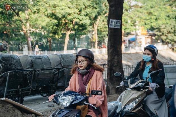 Ảnh: Hà Nội sáng đầu tuần rét lạnh dù có nắng, người dân trang bị áo ấm ra đường - Ảnh 4.