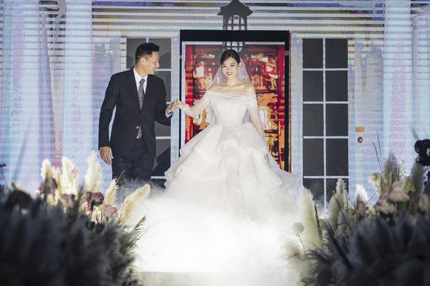 Xuýt xoa bộ ảnh đẹp trong đám cưới Á hậu Tường San: Cô dâu xinh nức nở khi bật khóc, bóng lưng chú rể gây chú ý lớn - Ảnh 5.