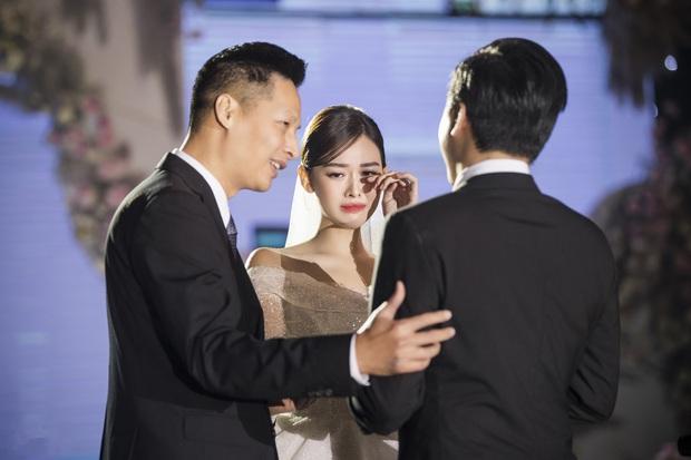 Xuýt xoa bộ ảnh đẹp trong đám cưới Á hậu Tường San: Cô dâu xinh nức nở khi bật khóc, bóng lưng chú rể gây chú ý lớn - Ảnh 2.