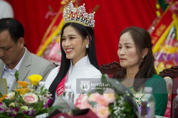 Phỏng vấn nóng mẹ Đỗ Thị Hà ngày con gái về làng: Dù con không là Hoa hậu Việt Nam thì con mãi là Hoa hậu bé nhỏ trong lòng mẹ - Ảnh 7.