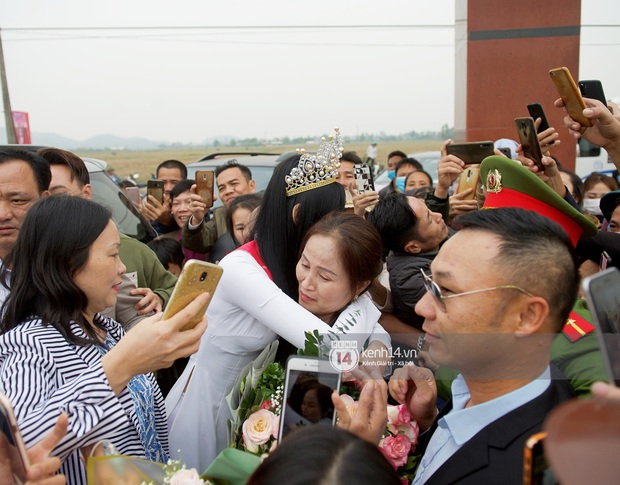 Phỏng vấn nóng mẹ Đỗ Thị Hà ngày con gái về làng: Dù con không là Hoa hậu Việt Nam thì con mãi là Hoa hậu bé nhỏ trong lòng mẹ - Ảnh 2.