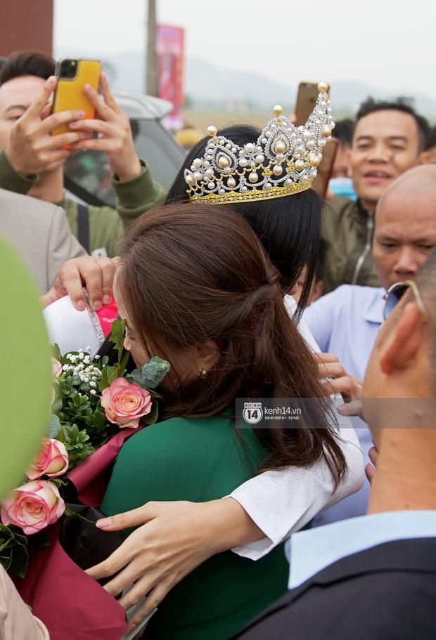 Phỏng vấn nóng mẹ Đỗ Thị Hà ngày con gái về làng: Dù con không là Hoa hậu Việt Nam thì con mãi là Hoa hậu bé nhỏ trong lòng mẹ - Ảnh 3.