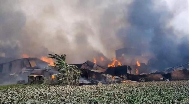 Hà Nội: Cháy lớn kinh hoàng tại xưởng sản xuất đồ gỗ, thiêu trụi nhiều nhà xưởng - Ảnh 3.