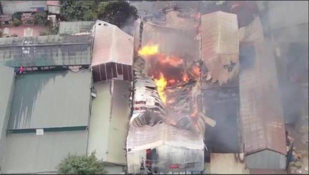 Hà Nội: Cháy lớn kinh hoàng tại xưởng sản xuất đồ gỗ, thiêu trụi nhiều nhà xưởng - Ảnh 2.