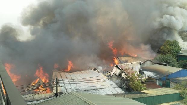Hà Nội: Cháy lớn kinh hoàng tại xưởng sản xuất đồ gỗ, thiêu trụi nhiều nhà xưởng - Ảnh 1.