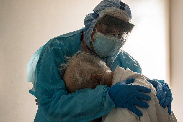 Cụ ông nhiễm Covid-19 gục khóc trong tay bác sĩ - bức ảnh lột tả đủ nỗi đau của người Mỹ giữa đại dịch thế kỷ  - Ảnh 1.