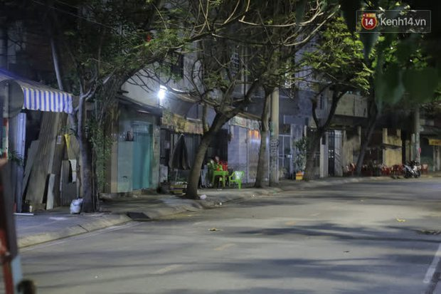 Ảnh, clip: Phong toả khu vực sinh sống của 2 ca mắc Covid-19 mới: Người dân trong khu cách ly bình thản đi ngủ sớm - Ảnh 7.