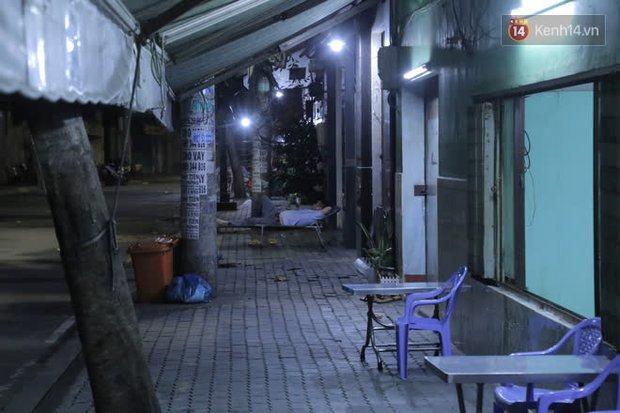 Ảnh, clip: Phong toả khu vực sinh sống của 2 ca mắc Covid-19 mới: Người dân trong khu cách ly bình thản đi ngủ sớm - Ảnh 6.