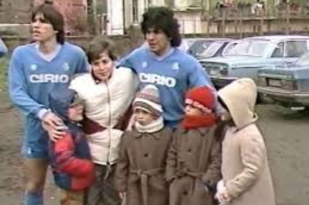 Câu chuyện đầy cảm động về trận đấu trong bùn của Maradona, giúp người bạn nay trở thành kẻ vô gia cư - Ảnh 1.