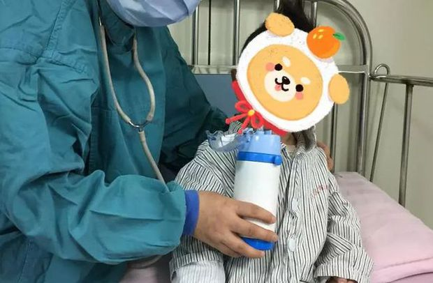 Bé gái 2 tuổi mắc bệnh bạch cầu phải hóa trị suốt 30 tháng, nguyên nhân xuất phát từ những món đồ quen thuộc - Ảnh 1.