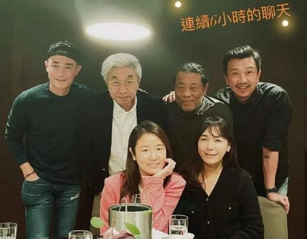 Vợ chồng Hoắc Kiến Hoa đập tan tin đồn ly hôn bằng ảnh chụp chung, sự chú ý đổ dồn vào đồ vật trên tay Lâm Tâm Như - Ảnh 2.